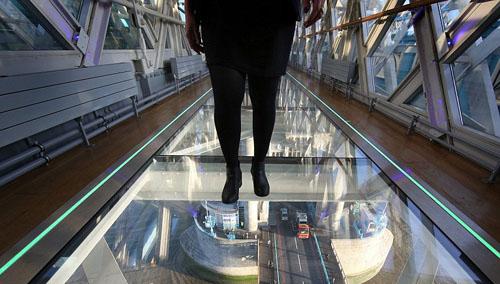 9 libras por caminar en la pasarela transparente de tower for Piso acrilico transparente